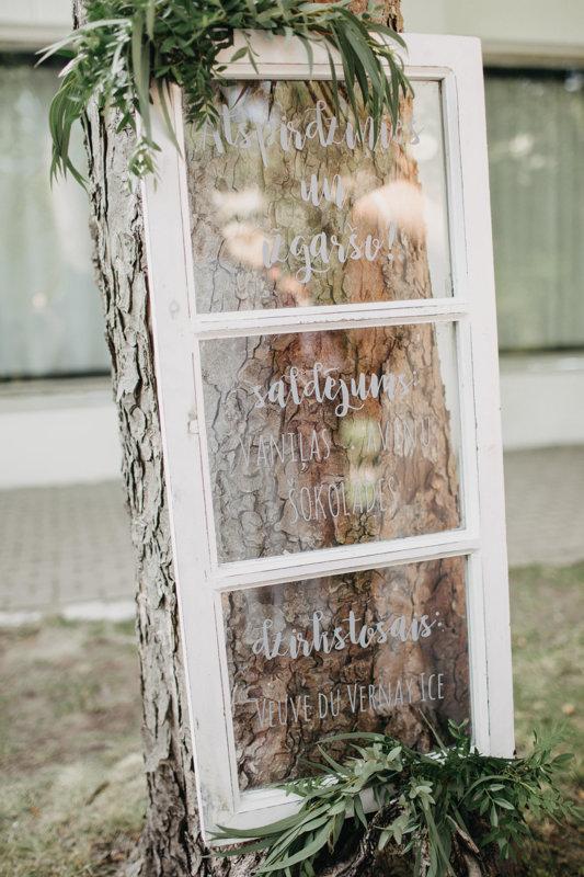 Dekoratīvais loga rāmis ar stiklu